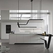 Cucina moderna / in acciaio laccato / con isola / laccata