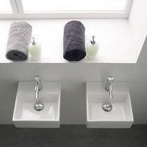 Lavabo sospeso / quadrato / in ceramica / moderno