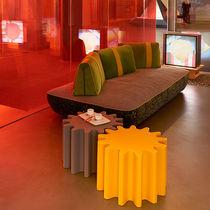 Tavolino basso design originale / in polietilene / per edifici pubblici / da interno