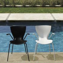 Sedia moderna / con braccioli / impilabile / in acciaio