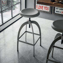 Sgabello da bar moderno / in metallo verniciato / con poggiapiedi / regolabile