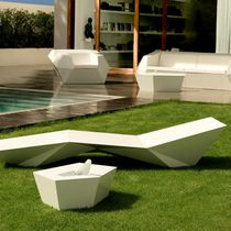 Tavolino basso design originale / in polietilene / da giardino / 100% riciclabile