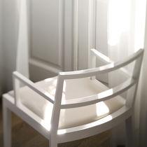 Sedia moderna / imbottita / con braccioli / in legno