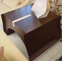 Tavolo d'appoggio moderno / in legno