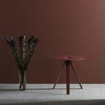 Tavolo d'appoggio moderno / in metallo laccato / rotondo / per uso contract