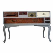 Credenza con piedi alti / design originale / in legno laccato / in quercia