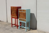 Cassettone con piedi alti / design originale / in legno laccato / blu