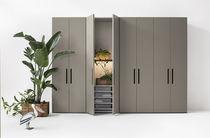 Armadio moderno / in legno laccato opaco / in melamminico / con porta scorrevole