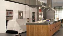 Cucina moderna / in acciaio inox / impiallacciata in legno / con isola