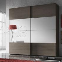 Armadio moderno / in legno / con porta scorrevole / a specchio