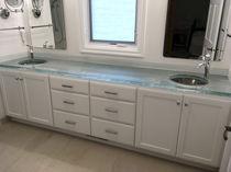 Piano lavabo in vetro / su misura / riciclato / retroilluminato