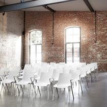 Sedia da conferenza con braccioli / impilabile / in plastica