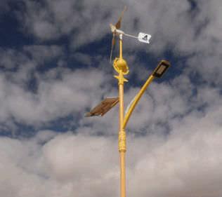 piccolo generatore eolico ad asse orizzontale / tripala / solare / su palo autoportante