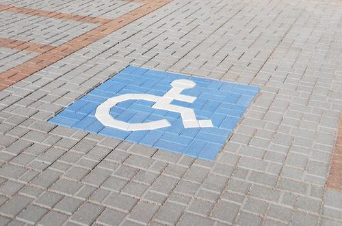 pavimentazione in pietra / per pedoni / carrabile / con pittogramma per disabili