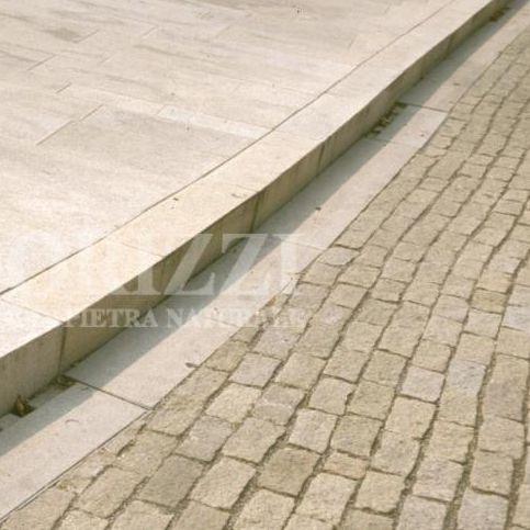 bordura per marciapiede / per canaletta / in granito / lineare