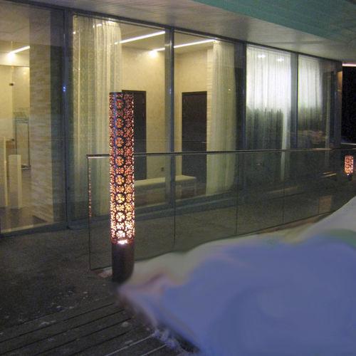 colonna luminosa moderna / in lamiera forata / alogena / da esterno