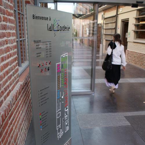 totem di segnalazione / in braille / per spazio pubblico