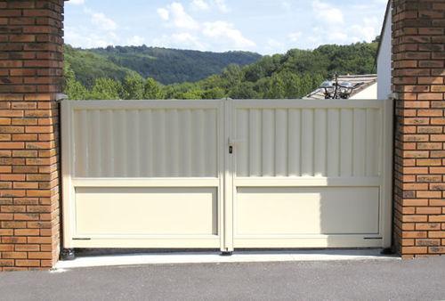 cancello battente / in alluminio / a sbarre / per uso residenziale