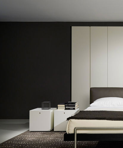 comodino moderno / in legno laccato opaco / in hemlock / quadrato