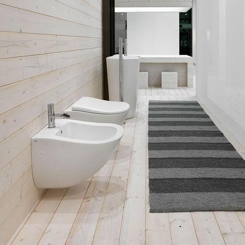 WC sospeso / in ceramica / con sciacquone ad incastro