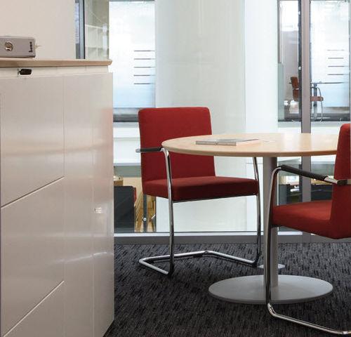 sedia visitatore moderna / con braccioli / imbottita / impilabile