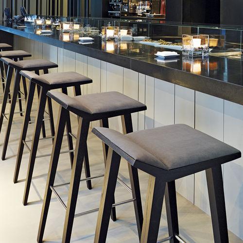 sgabello da bar moderno / in legno / in tessuto / contract