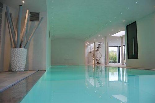 piscina interrata / in calcestruzzo / a specchio / da interno