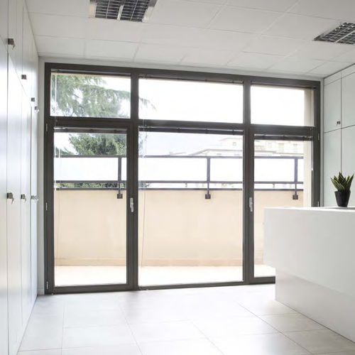 porta finestra battente / in alluminio / con tenda veneziana integrata