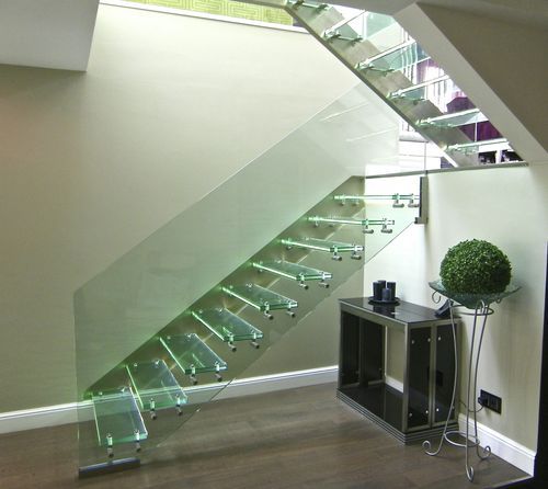 scala dritta / con struttura in vetro / con gradini in vetro / senza alzata