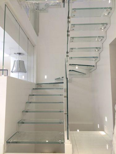 scala a U / con struttura in acciaio / con struttura in metallo / con gradini in vetro