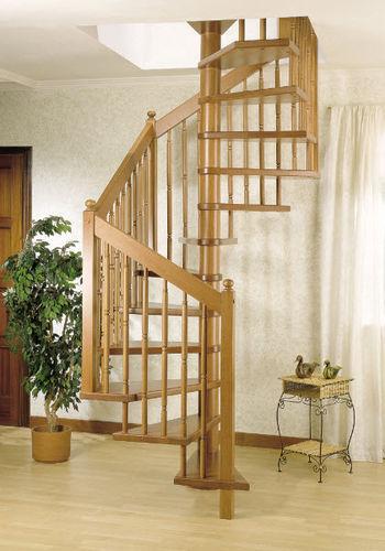 Scala a chiocciola quadrata / con gradini in legno / con struttura in legno / senza alzata GENA Grana Enzo & C.Snc