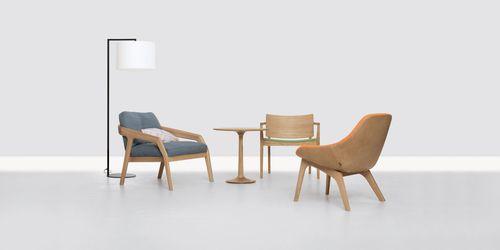 poltrona moderna / in legno massiccio / con poggiapiedi / grigia