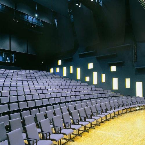 sedia da conferenza moderno / imbottito / con braccioli / impilabile