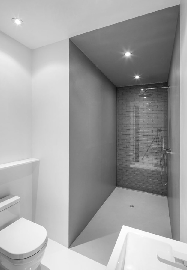 idea di progettazione del bagno usi di vetro per coprire un muro di mattoni originale