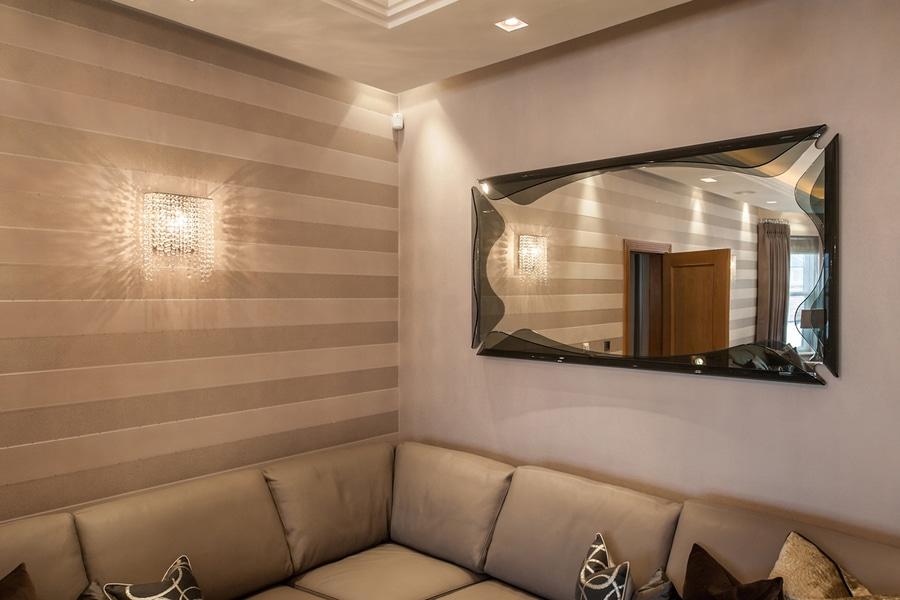Lampade da parete di cristallo di linea w in una residenza privata