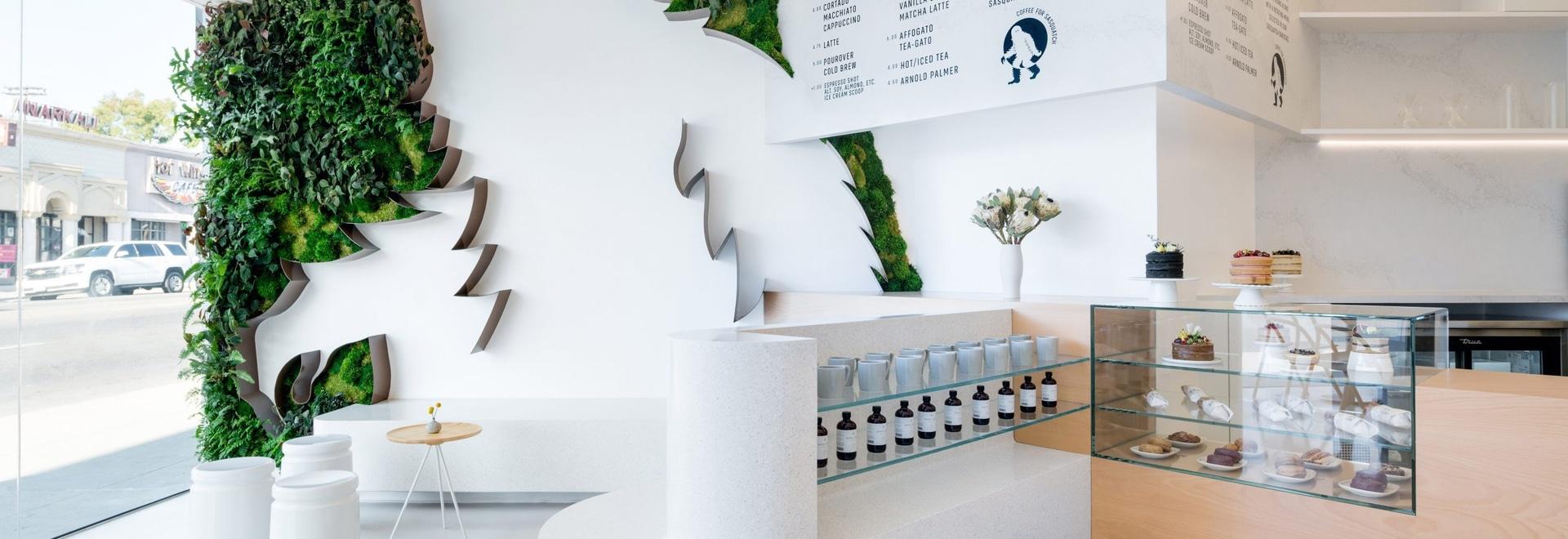 Un 11 piede Sasquatch circondato da una parete verde accoglie favorevolmente i clienti a questa caffetteria