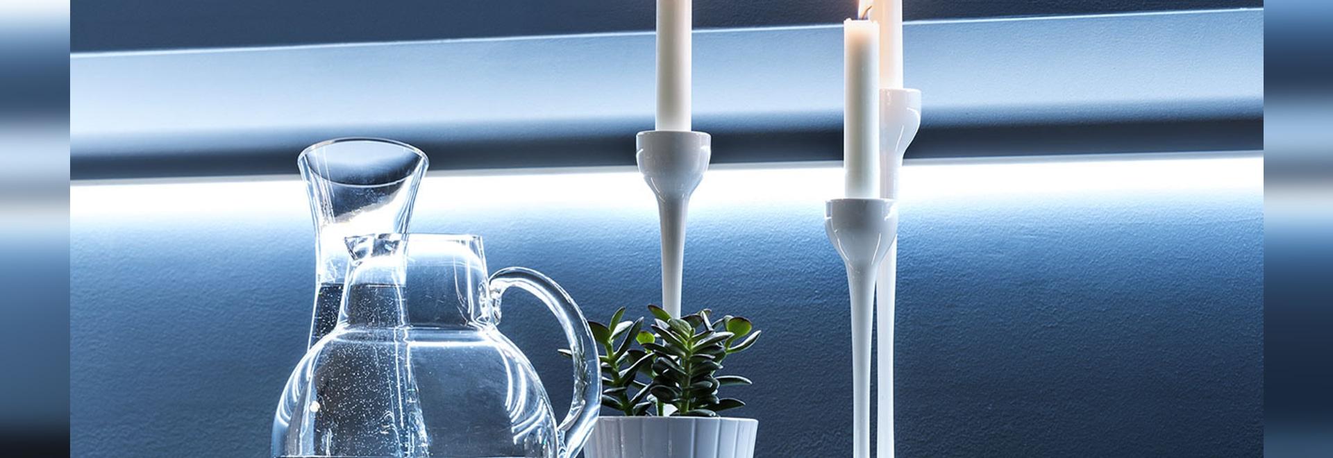 Accensione delle soluzioni per i modanature, le battiscope e i wallpanels decorativi