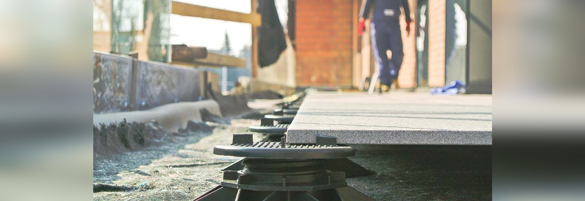 Contributi alle pavimentazioni alzate in una realizzazione di decking