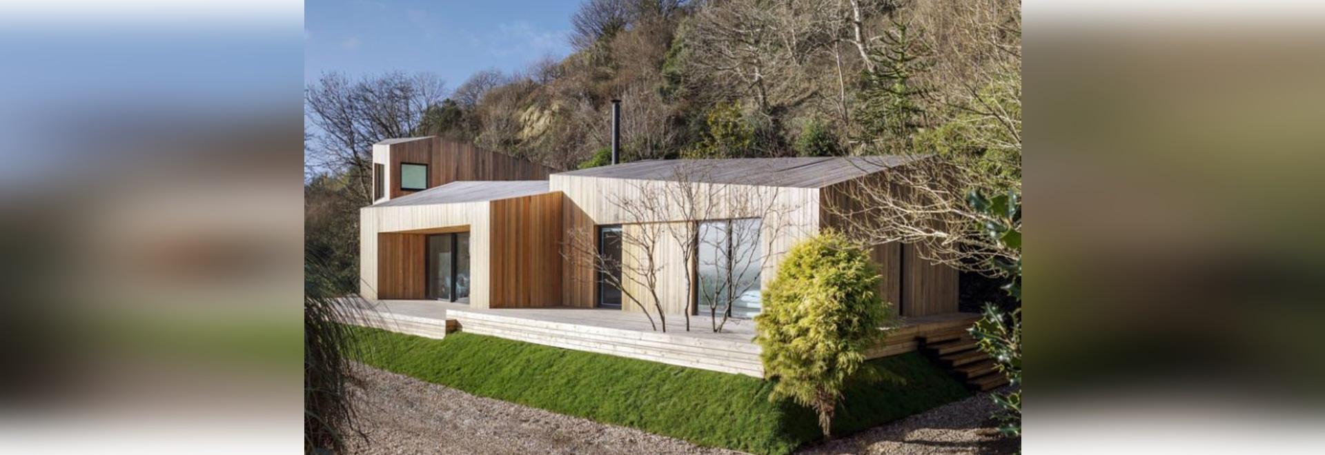 Coperture di raccordo di legno verticali questa casa per le vacanze contemporanea in Inghilterra