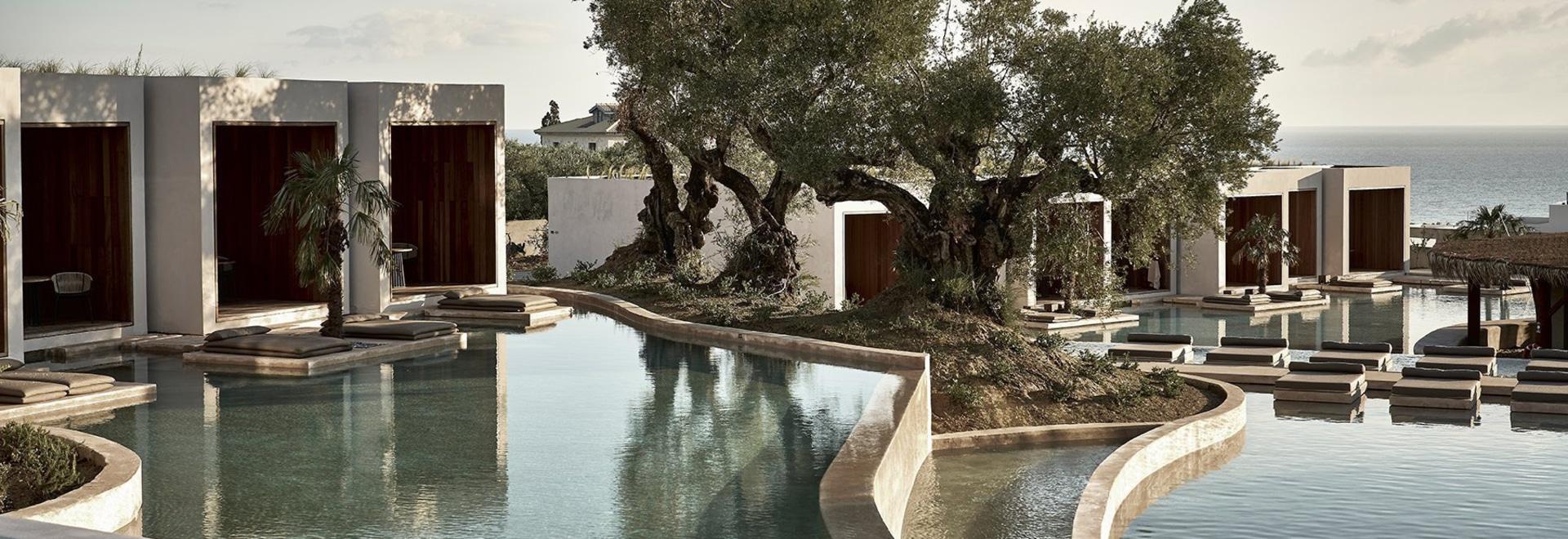 Un hotel in Grecia da block722 circonda un lago sereno e artificiale