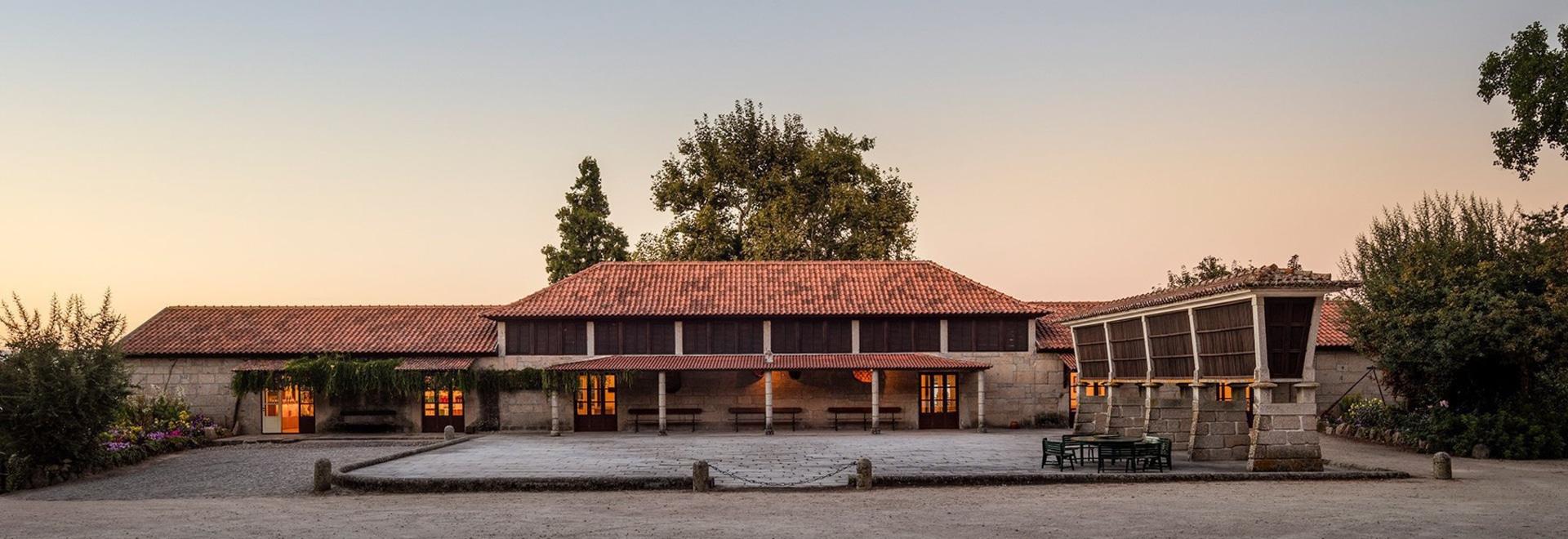 lo studio aguiar di Diogo converte il granaio in disuso in cantina nel Portogallo del Nord pastorale