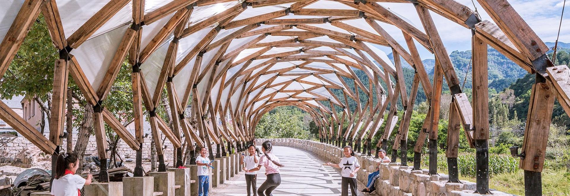 LUO riutilizza i materiali rimanenti del villaggio cinese rinnovato per costruire una pergola per i locali
