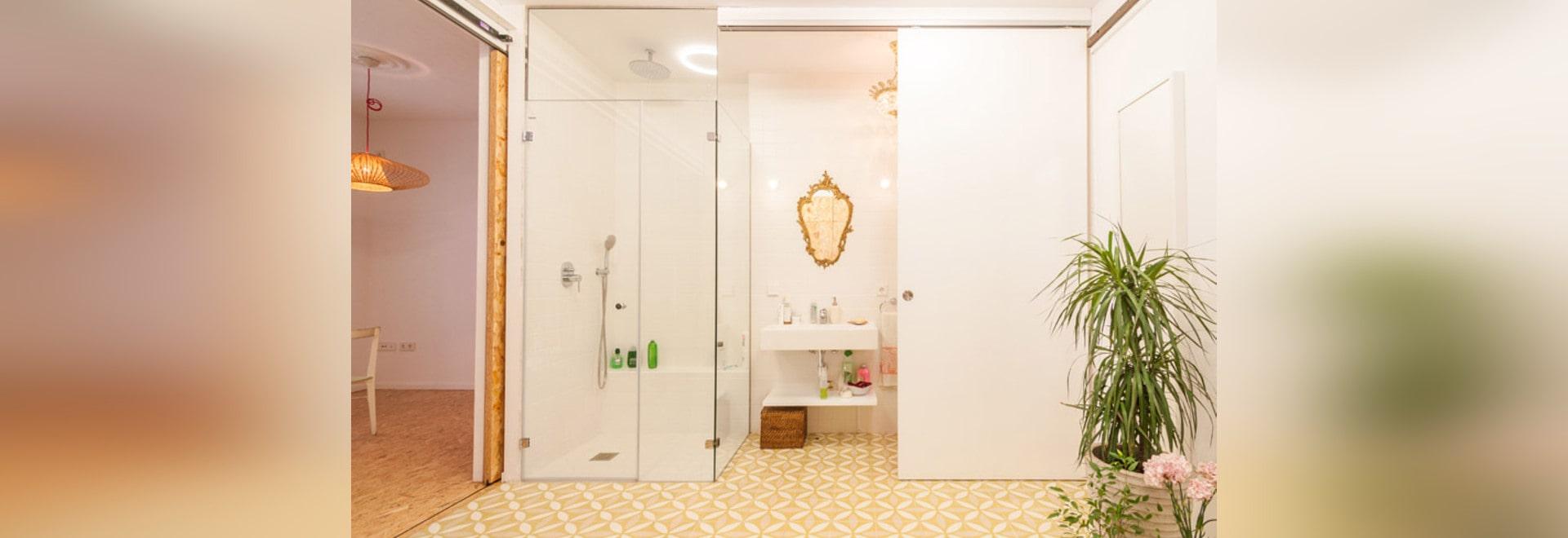 Il piccolo appartamento usa la scaffalatura mobile per generare le ...