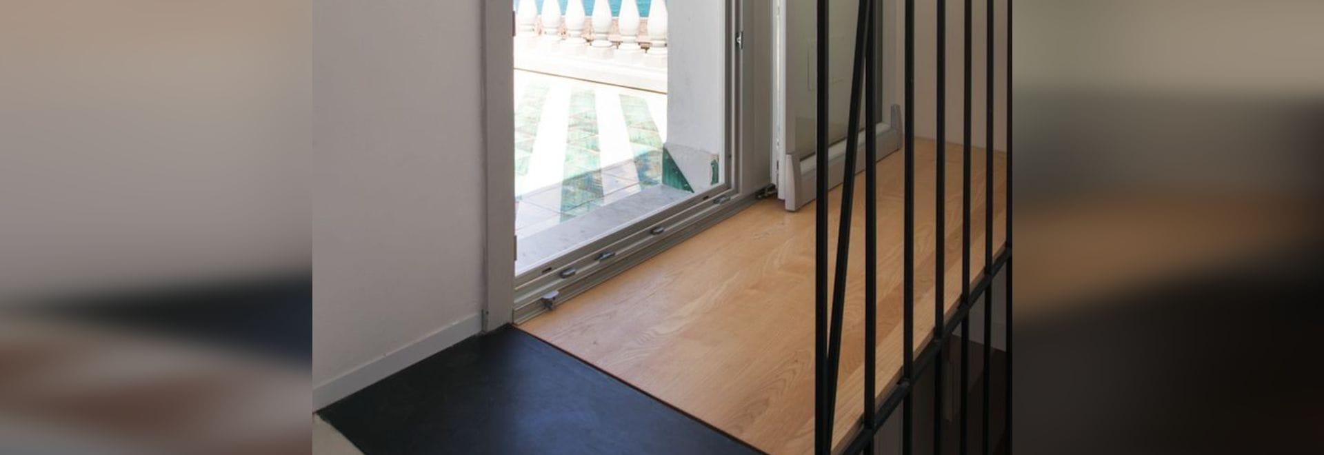 La scala scultorea collega due pavimenti di mosaico in cottage del ...