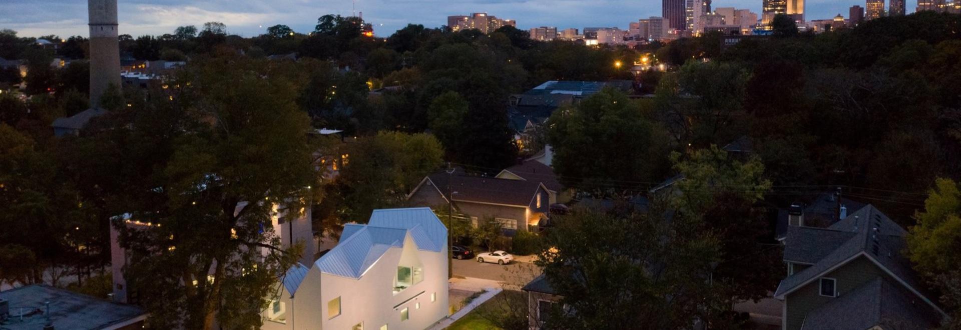 Sei tetti a spioventi Cap Questa casa Atlanta brillantemente bizzarra e bizzarra