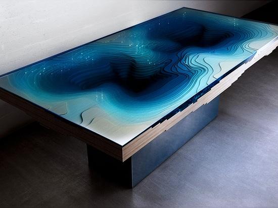 la tabella riflette la sensazione di vagabondaggio nelle profondità apparentemente infinite di un abisso