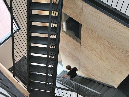 gli architetti del koehler della vinaccia installa il lofthouse di legno prefabbricato a Amsterdam