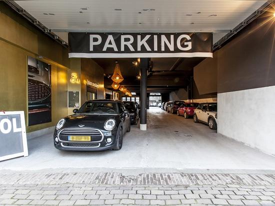 Corone dorate di JSPR che accendono un garage a Amsterdam
