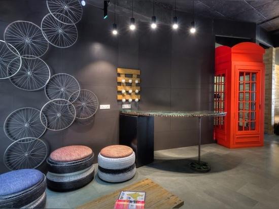 Degli architetti spreco del upcycle creativamente in uno spazio ufficio sorprendente elegante