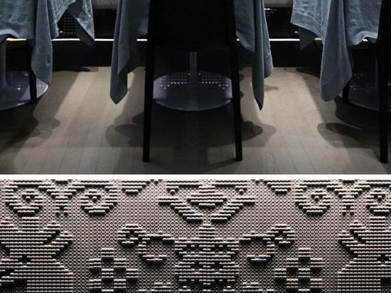 Le tappezzerie di pietra cesellate coprono le pareti di questo ristorante a Londra